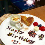 スイーツリングカフェ - 誕生日プレゼントのケーキディッシュ、花火付き。ホットアップルパイ・バージョン。
