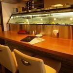 オイスターハウス静岡 - 牡蠣がずらっと並んだカウンター席はお一人様やデートに♪