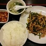 楼蘭 - 青椒肉絲と餃子(3個)1,080円