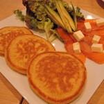 48416846 - サーモンとアボカドのクリームチーズパンケーキ