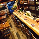 キッチン&バル コンパス - ウッド調の温かみのある店内
