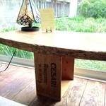 ダウラ - テーブルの足はワイン箱