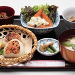すや亀 - 当店一番人気。みそ味としょうゆ味の焼きたての香ばしい焼き結び。季節の食材を使ったお惣菜も手作りで人気が高い。