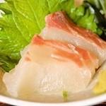 播州 炭右衛門 - お昼からランチに鯛の刺身? これは勘弁してもらいたい。全体のバランスがくずてしまう。