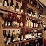 中目黒 イチマルイチR - 壁のワインボトルたち