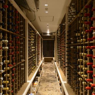こだわりのウォークインセラーには2000本のワインを常備!
