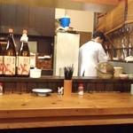 料理屋こと - カウンター越しの厨房