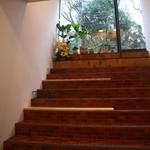 ユニスタンド - 階段も飲食スペースとして