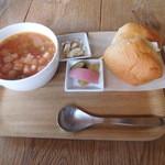 なんでもない日 - 料理写真:地場野菜のスープとパンかご飯のセット