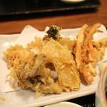 48466051 - 天麩羅 大海老はカットされて提供。ニンジン、南瓜、菜花、舞茸