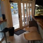サルク カフェ - 店内:右のカウンター席奥から入口