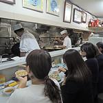 長崎飯店 - カウンター席の向こうが厨房