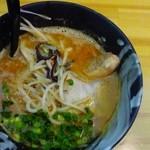 麺や櫻陣 - トッピングは、2種の肉とキクラゲ等の野菜いっぱい