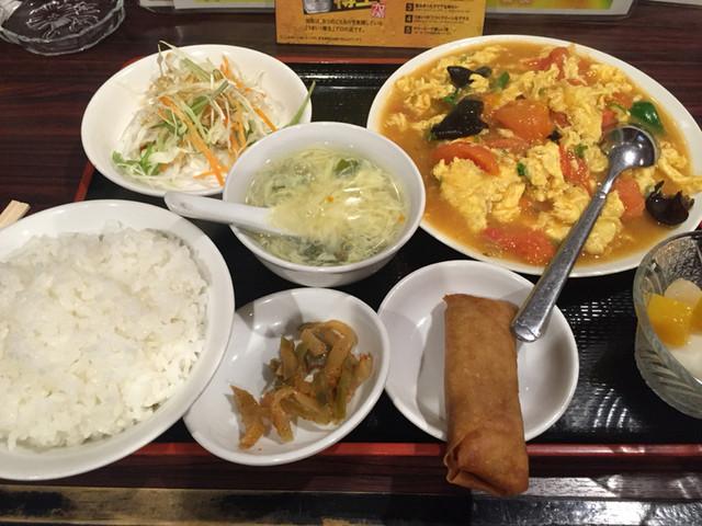 新天地 - 日替わりランチは卵とトマトの炒め物、サラダ、春巻き、スープ、御飯、漬け物、杏仁豆腐と680円と何とも値打ち。