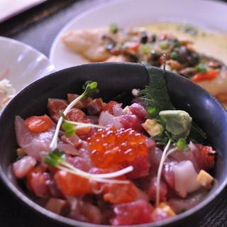 海鮮たっぷり!彩り豊かな海鮮丼も豊富!