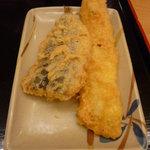 讃岐製麺 - 左:いわし天、右:穴子天