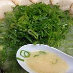 ラーメンごんた - 料理写真:山盛り青ネギの「チャーシューメン750」。