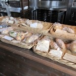 ほのか - 古民家を使った隠れ家的店内のカフェはランチをいただくお客様で満席、それでも入り口のパン売り場にはパンがまだまだ残ってたんでこの中から商品を選びました。