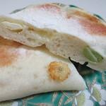 ほのか - 枝豆のチーズを生地に含ませて焼き上げたほのかな塩味のするパンです。