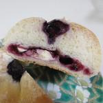 ほのか - さわやかな味のブルーベリージャムと相性の良いクリームチーズを中に詰めたパンです。