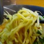 麺や櫻陣 - 麺は、中太縮れ。