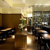 ロティ アメリカンワインバー&ブラッセリー - 店内奥側はブラッセリーエリア。落ち着いた雰囲気でゆっくりお食事をお楽しみ頂けます。(禁煙)