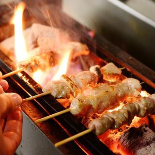 一本ずつ丁寧に串打ち、九州の炭で一気に焼き上げます!