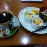 甘味処 万丸 - アメリカンコーヒーとモーニングサービス(おこわセット)