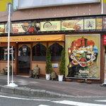 フンザダルバル - お店は交差点に突き出た目立つところにあります