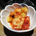 焼肉匠 満炎 - キムチ盛り合わせ:以前韓国で頂いた 大根と白菜のキムチ のお味のようで美味しく頂きました。