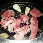 焼肉匠 満炎 - みかわ牛ゴールドロースを 焼きしゃぶ中です。サッと網焼きをしてポン酢で頂ます。