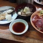 48504347 - 海鮮丼 + サバ塩焼 800円