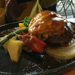 マーマレードカフェ - 知人のハンバーグは、アツアツの鉄板で提供されました。