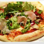 48507528 - 生ハムとサラダのピザ