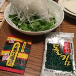 まんま屋台 まるまる - サラダはお茶漬けの素と韓国海苔を自分でかけます^^;