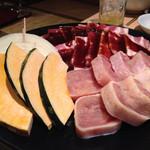 焼肉 韓国料理 八幸苑 - 豚バラ、鶏肉、玉ねぎ、かぼちゃ。