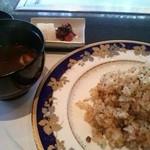 鉄板焼 あみじま - ガーリックライス+赤出汁+香の物