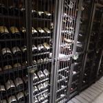 ワインサロン 銀座G.G. - カーヴにはワインが多数。地下のワインセラーをイメージした佇まい。