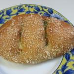 にじいろベーカリー - 料理写真:焼カレーパン130円。