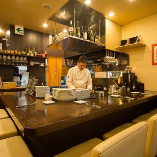 オープンキッチンが見渡せる臨場感溢れるカウンター席
