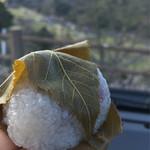 和菓子処 甘味屋 - 桜もち  梅を観ながら
