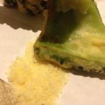 ちゅら屋 - ゴーヤの天ぷらは、ウコンの塩でいただきます。