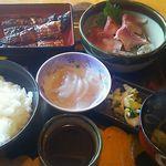 48526051 - うなぎ定食(並)2630円(税込)鰻は3分の2匹分、鯉のアライ、刺身こんにゃく、ゆば吸、漬物、御飯付