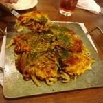 五てつ - お好み焼きをテーブルで食べる時は、鉄板で持ってきてくれます