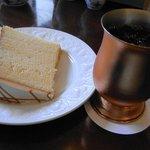 椿屋珈琲店 新宿茶寮 - 椿屋珈琲店 アイス珈琲と一緒にケーキを注文しました。