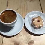 クレイジー カフェ ブランク - ロングブラック450円とお花のクッキー250円