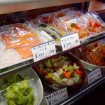 SUKA - 以前よりさらに充実したお総菜量り売りコーナー。