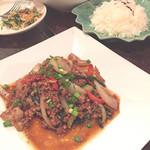 サムロータイレストラン - 豚ひき肉のバジルリーフ炒め/1382円 ジャスミンライス/453円