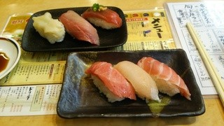丸寿司 関屋店 - 手前はトロ三昧です