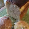 カルム - 料理写真:いちじくパン(右手前)、りんごパン(左手前)、食パン(奥)